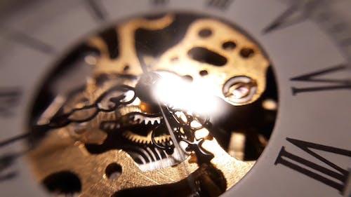 눈에 보이는 기계 부품이있는 시계 디자인