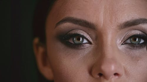 Kobieta Stosuje Cienie Do Makijażu Wokół Oka