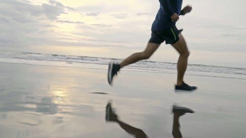 Mężczyzna Działa Na Brzegu Plaży