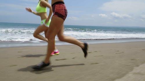 Deux Femmes Jogging Au Bord De La Mer