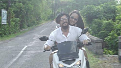 Um Casal Andando De Motocicleta Em Um Campo