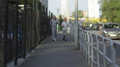 Starsza Para Jogging Na Chodniku