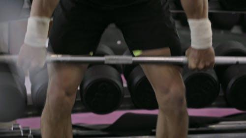 Mężczyzna Podnoszenia Ciężarów W Siłowni Fitness