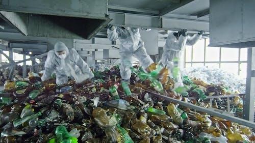 Люди, работающие на заводе по производству пластмасс