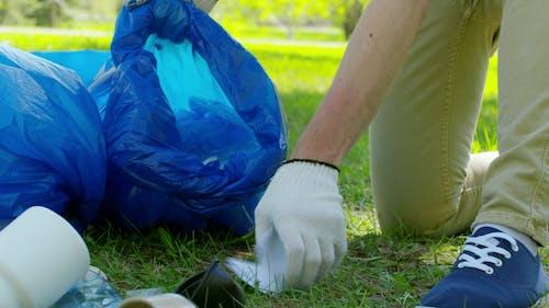 Человек, сортирующий мусор