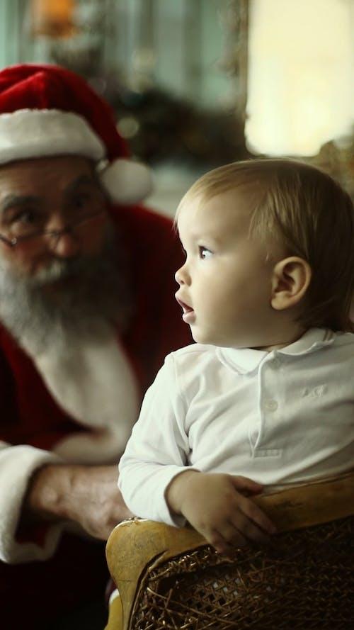 święty Mikołaj Robi Miny Z Dzieckiem