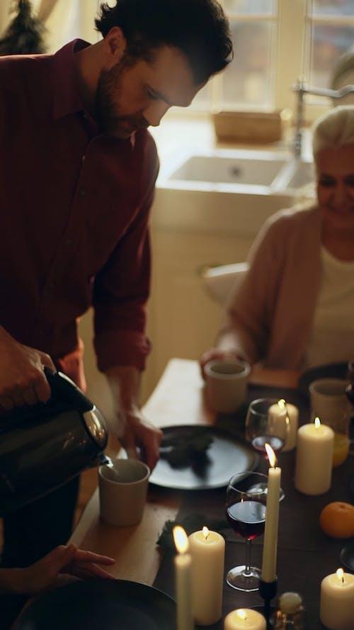 Yemek Masasında Ailesi İçin Fincana Tencereden Sıcak İçecek Dökülen Adam