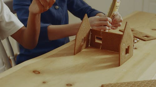 Dwoje Dzieci, Budowanie Domku Z Piernika