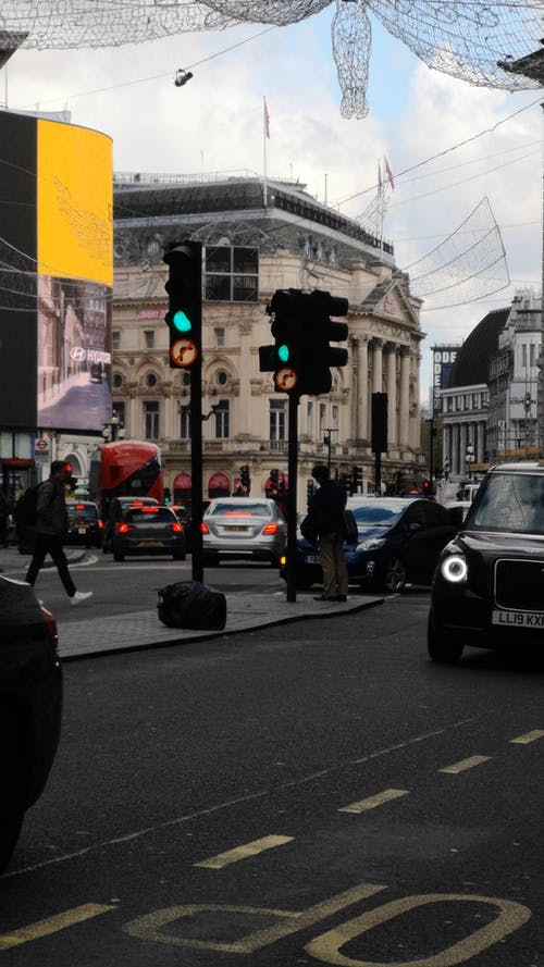 Eine Person, Die Fotos Von Londoner Sehenswürdigkeiten Auf Der Mittelinsel Der Straße Macht