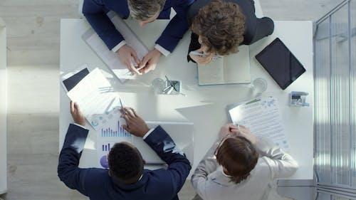 Grupo De Pessoas Em Uma Reunião De Negócios