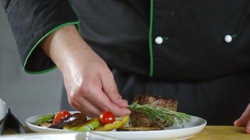 Voedselpresentatie Op Een Bord Gedaan Door Een Chef Kok