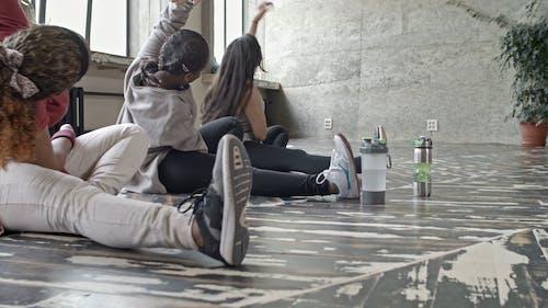 Grupa Kobieta Robi Synchronizację ćwiczeń Podłogi