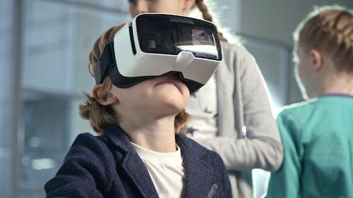 一个男孩戴着虚拟现实耳机