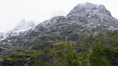 Resíduos De Neve Na Superfície De Uma Montanha Rochosa
