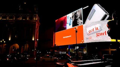 Ein Riesiger Elektronischer Plakatbildschirm, Der Die Straße Beleuchtet