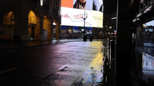 Yağmurlu Bir Geceden Sonra Boş Bir Sokak