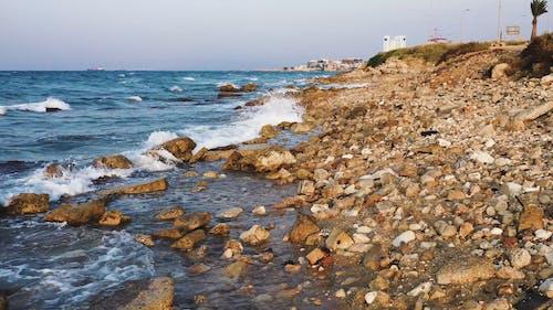 Silne Fale Morskie Rozbijające Skalistą Linię Brzegową