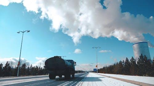 Замедленная съемка облаков над дорогой