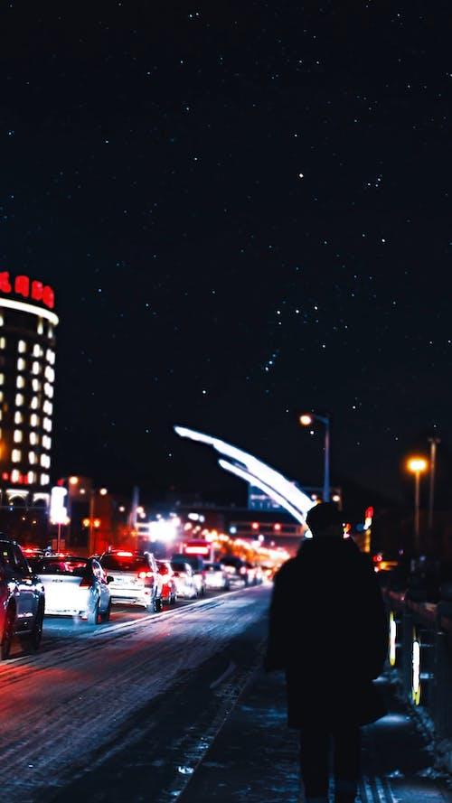 Um Homem Caminhando à Beira Da Estrada Na Cidade à Noite