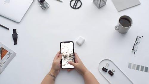 一個人上下滾動存儲在智能手機上的照片