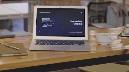 Ein Offener Laptop über Dem Tisch Zeigt Die Agenda Für Die Bewältigung Am Arbeitsplatz