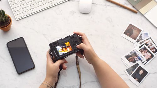 Een Persoon Controleert Foto's Die Zijn Gemaakt En Opgeslagen In Een Moderne Digitale Camera