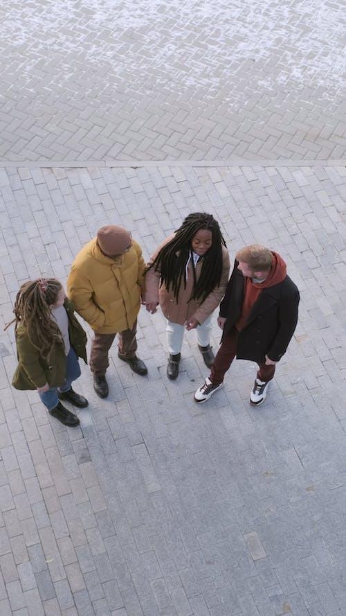겨울 Clothings에있는 사람들의 그룹