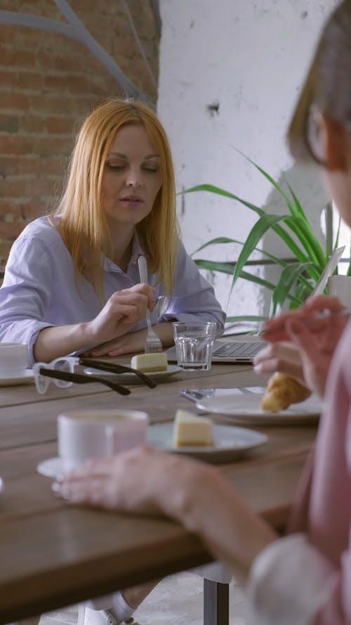 친구와 디저트를 먹는 사람