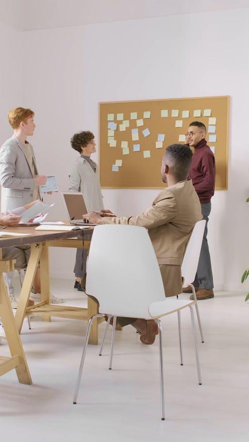 비즈니스 회의에서 토론을 갖는 사람들의 그룹