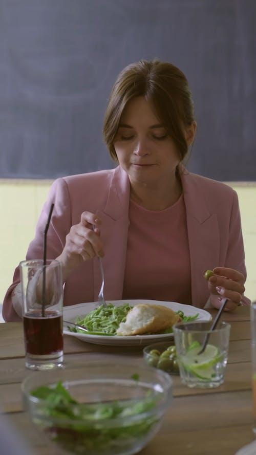 야채 샐러드와 빵을 먹는 여자