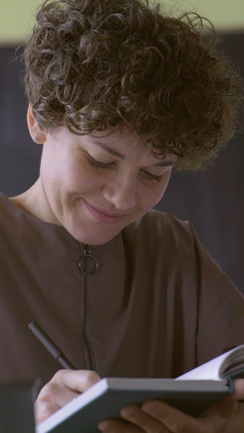 Kobieta Pisze W Notatniku Notatki Odpowiedzi Na Jej Pytanie