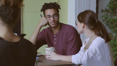 커피 브레이크에 직장에서 이야기하는 남자와 여자
