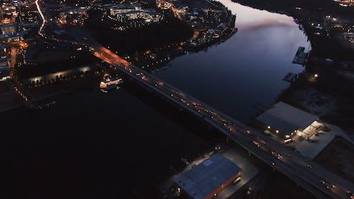 Кадры с дрона города в сумерках