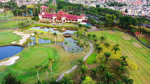 Кадры с дрона курортного отеля с полем для гольфа