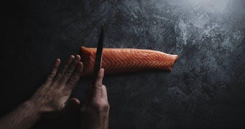 Bıçakla Somon Eti Tabağından Bir Parça Dilimleme