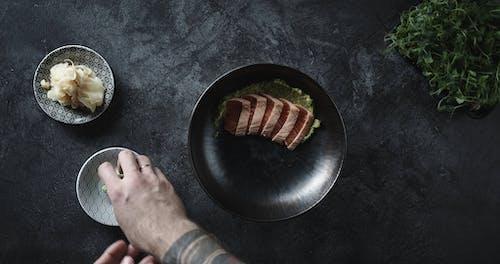 Dodanie Pasty Wasabi I Marynowanego Imbiru Do Porcji Sashimi Z łososia