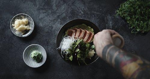 Taburkan Hidangan Salmon Dengan Saus Cair