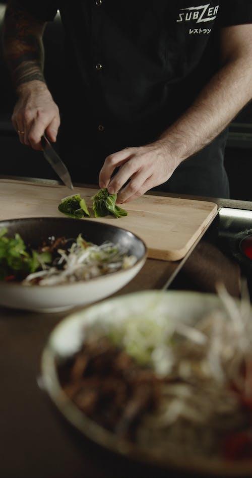 Schneiden Eines Bo K Choy Gemüses, Das Als Belag Für Eine Schüssel Mit Japanischen Ramen Verwendet Werden Soll