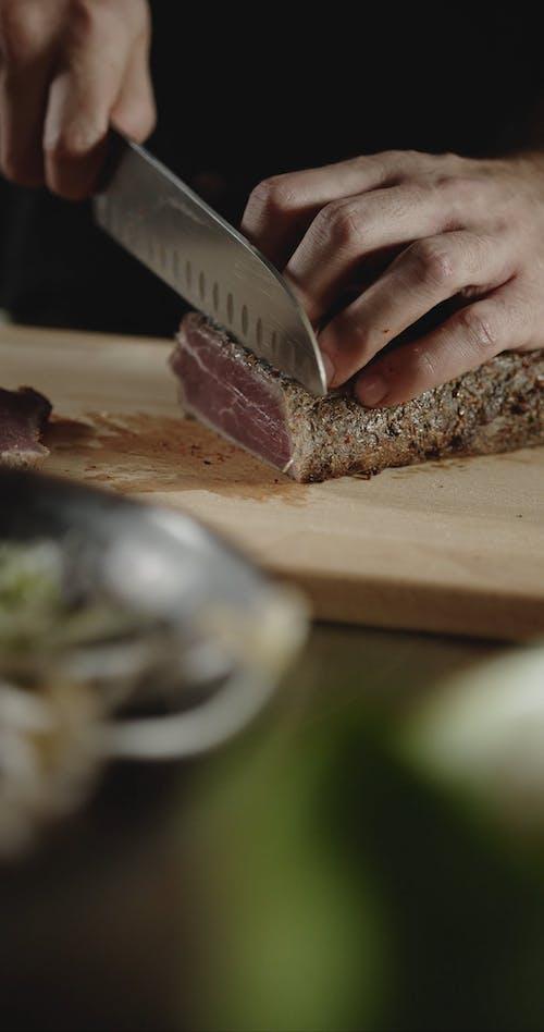 İnce Dilimler Halinde ızgara Biftek Kesen Bir Kişi