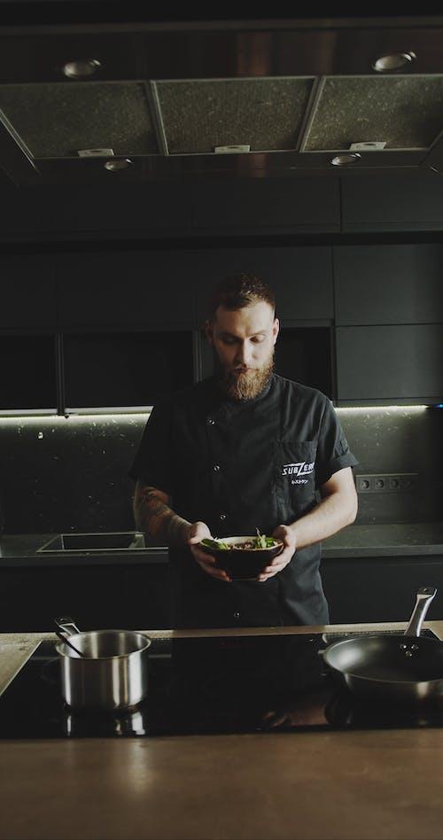 Ein Koch, Der Eine Schüssel Nudelsuppe Hält