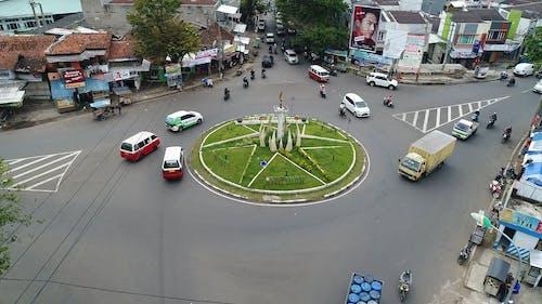 Uma Rotatória Para Controlar O Tráfego De Veículos Motorizados Em Uma Estrada Que Se Cruza