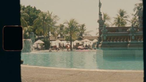 Ein Altes Video Von Menschen, Die Im Pool Eines Resorts Schwimmen
