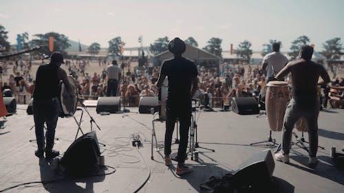 Eine Gruppe Von Musikern, Die Live Auf Einer Bühne Auftreten