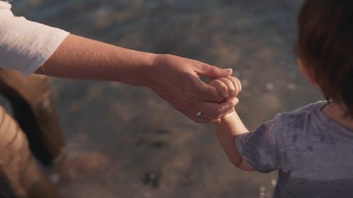 Mutter Und Sohn Spielen Im Strand