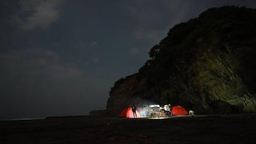 Menschen Camping An Der Küste Neben Einem Berg