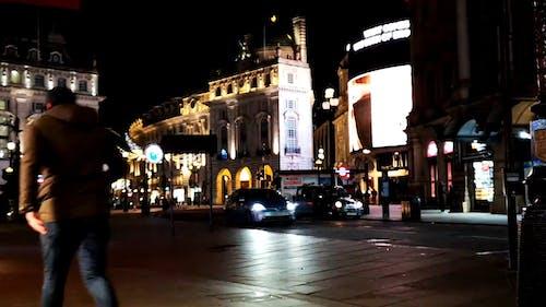Um Trecho Movimentado De Uma Rua Em Londres à Noite