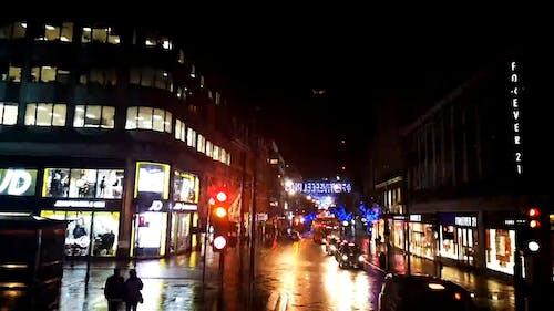 Reisen Auf Einer Straße, Die Nachts Vollständig Mit Weihnachtslichtdekorationen Verziert Ist
