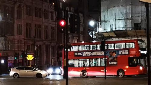 Verkehr Auf Einer Sich Kreuzenden Straße In London Bei Nacht