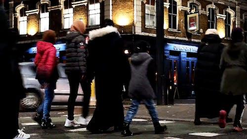 Pessoas Caminhando E Cruzando As Ruas Movimentadas De Londres