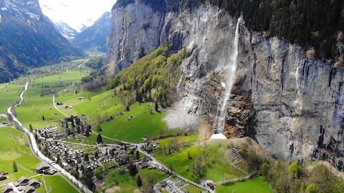 Imagens Aéreas De Uma Vila Construída Em Um Vale Entre Montanhas